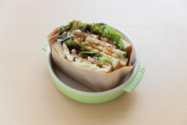 アウトドアサンド(照焼チキンチーズとレンコン) Lunch set ¥880 / Food ¥660 / 1/2カット ¥418